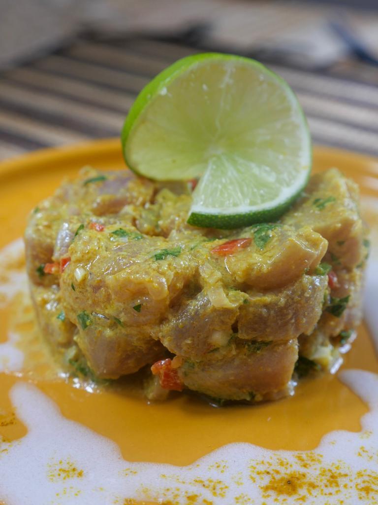 Tartare de thon mariné au coco et au curry madras
